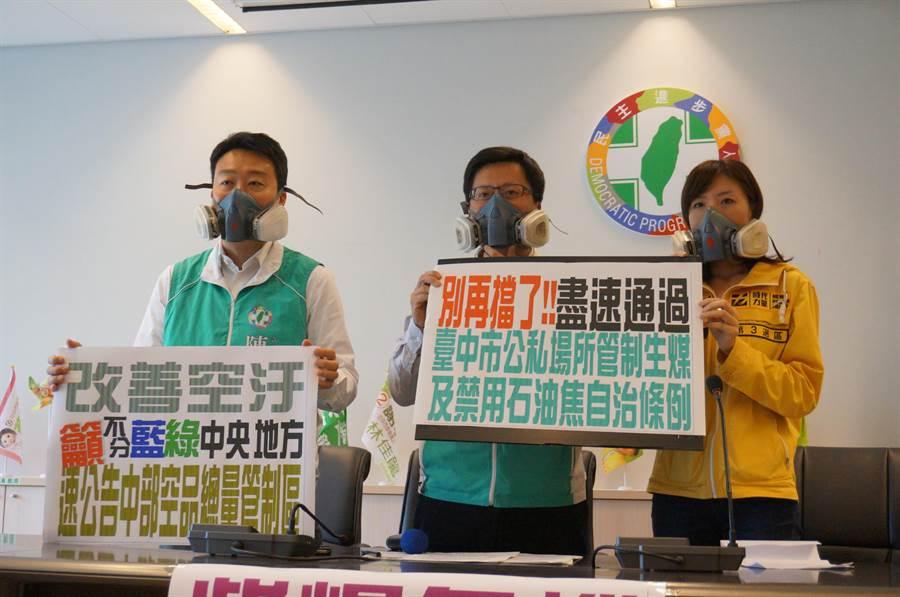 台中市立委參選人陳世凱(左起)、張廖萬堅、洪慈庸戴著防毒面具要求還我乾淨空氣,呼籲環保署盡速公告「中部空品總量管制區」改善空汙。(盧金足攝)