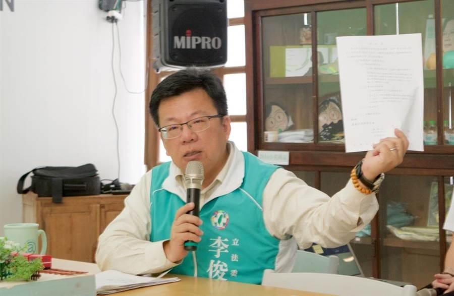 嘉義市民進黨參選人李俊俋表示,登記參選時只有他勾選願意進行辯論。(陳俞霈攝)