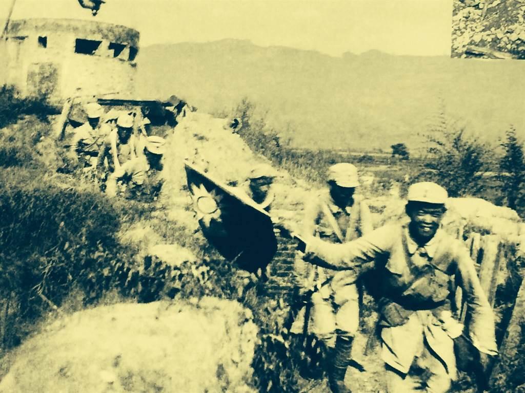 1940年8月20日百團大戰期間,高舉青天白日滿地紅國旗的國民革命軍第8路軍將士從日軍手中攻克娘子關。(作者翻攝自台北沙飛抗戰攝影展)