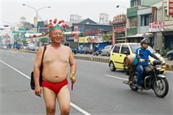 阿成著紅內褲踢正步 叫戰李俊俋辯論