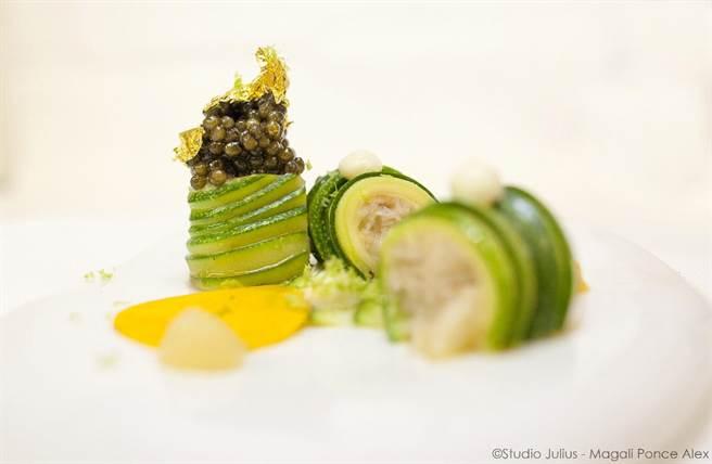 馬俢薩維耶烹調料理的「綠節瓜檸檬塔配魚子醬」,呈盤搶眼。(圖/台北慕軒)