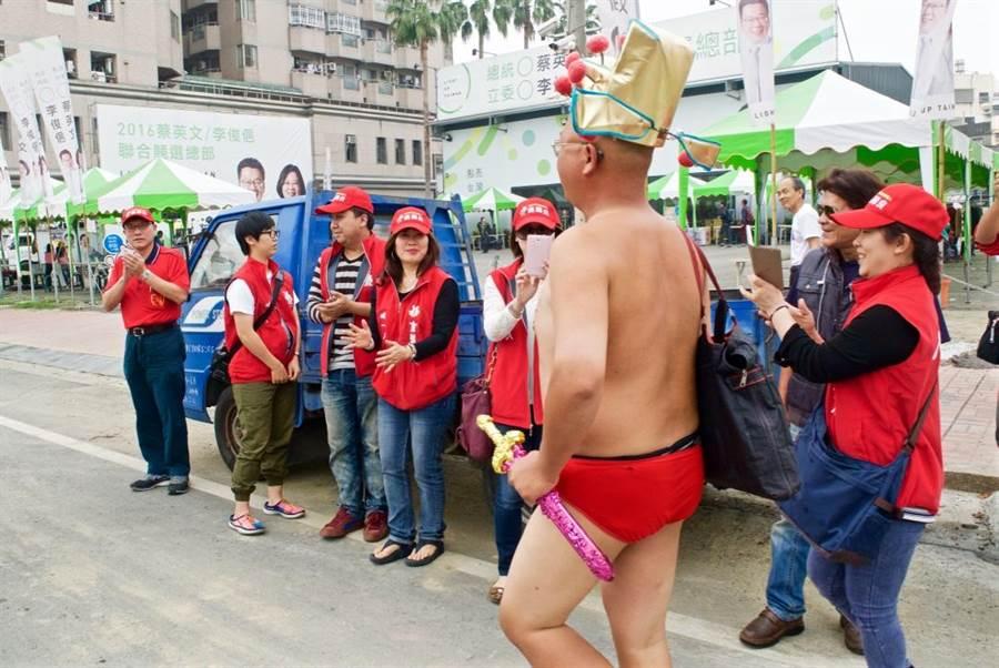 嘉義市無黨籍立委參選人翁壽良(左)與支持者在李俊俋競選總部門口迎接黃宏成。(陳俞霈攝)