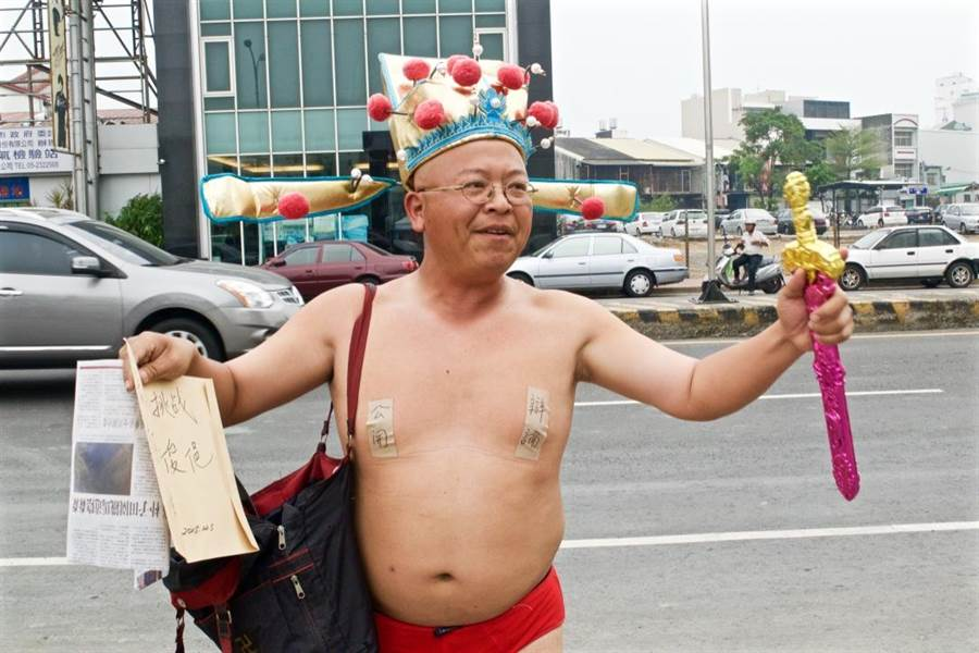 黃宏成抗議李俊俋稱競選對手皆無辯論意願。(陳俞霈攝)