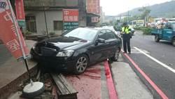 70歲女駕駛上路 撞汽機車再撞騎樓