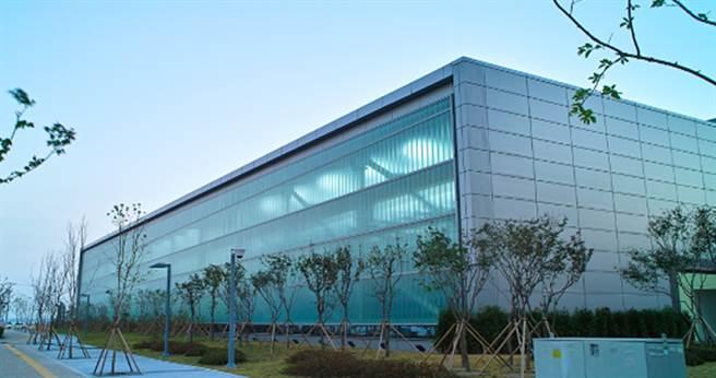 Pilkington皮爾金頓U型玻璃系統,使建築物在視覺上能大規模的呈現連續的玻璃外觀。