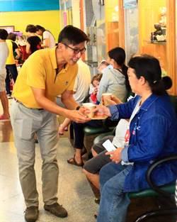 王進士客廳會、鍾佳濱沖咖啡 近距離接觸選民