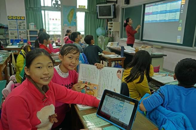 羅東鎮北成國小學生,使用PCES教學設計模式系統,用平板電腦課堂中與老師互動,可配合課本內容,馬上進行作答。(王亭云攝)