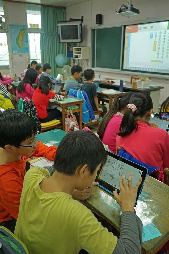 羅東鎮北成國小學生作答中。(王亭云攝)