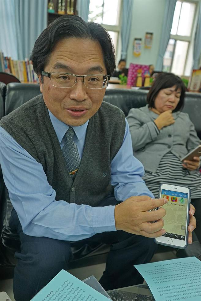 宜蘭市中山國小校長陳銘珍,說明該校專屬APP應用程式,可提供老師上傳檔案,學生上傳作業,學生家長也可查詢孩子成績。(王亭云攝)