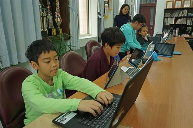 縣內資網中心打造行動電腦教室,讓電腦走出電腦教室,處處都可以用筆電學習。(王亭云攝)