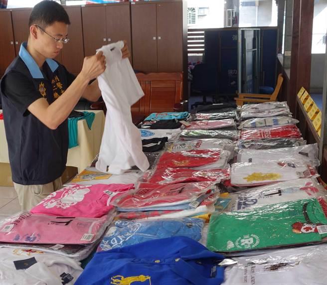 警方在菜市场查获摊商贩售知名潮牌服饰仿品,当场查扣千件,侵权市价达200万元。(刘宥廷摄)