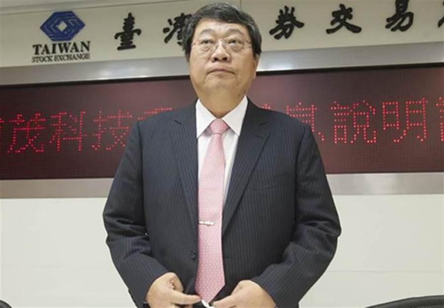 南茂科技董事長鄭世杰10日宣布,以私募方式增資發行股票,由中國大陸紫光集團以總金額達119億7008萬之價格認購本次私募股份。(鄭任南攝)