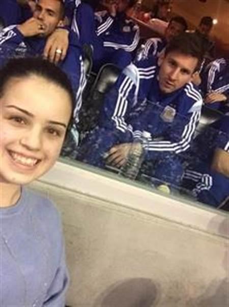 就是這張跟女球迷合照的照片,讓足球明星梅西被單方面宣布要結婚了。(微博)