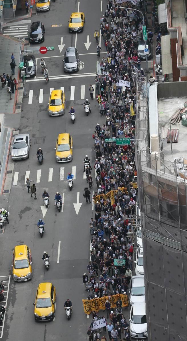 近千名民眾走上街頭。(趙雙傑攝)