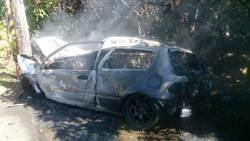 轎車失控撞路樹火燒車 1重傷3輕傷