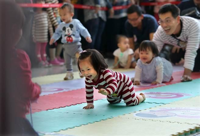 現場舉辦寶寶爬行競賽,兩位小妹妹在家人引導下開心往前爬,一旁小弟弟直接站起來往前走,現場笑聲不斷。(王錦河攝)