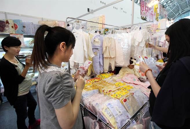 不少孕婦參觀選購嬰兒服飾。(王錦河攝)