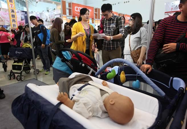 不少孕婦和另一半參觀選購嬰兒床和娃娃車。(王錦河攝)