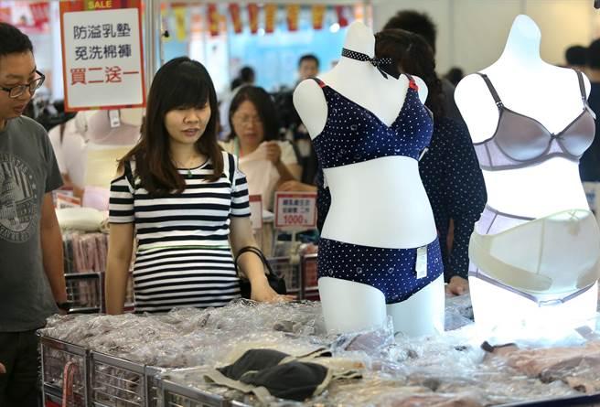 孕婦正參觀選購束腹等用品。(王錦河攝)