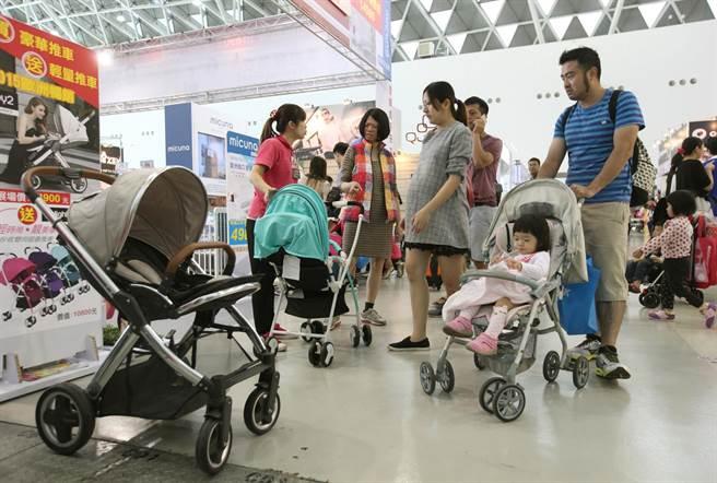 不少孕婦和另一半參觀選購娃娃車。(王錦河攝)