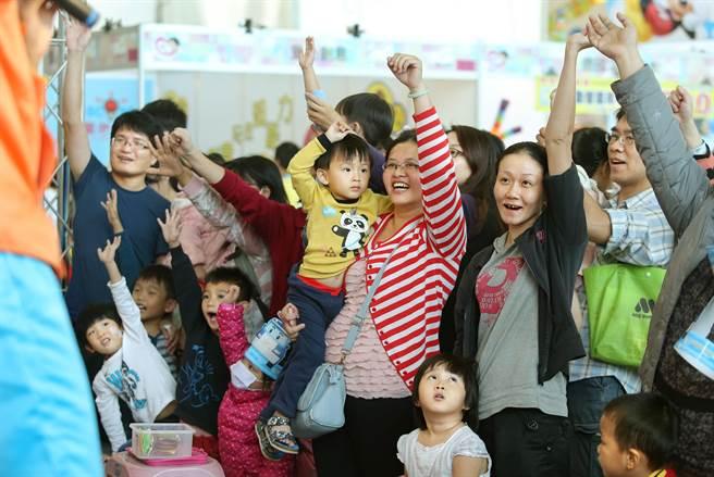 許多親子和準媽咪爭相舉手盼能體驗趣味競賽。(王錦河攝)