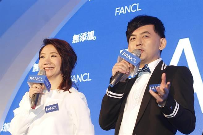 陶晶瑩(左)與黃子佼(右)擔任主持人。(陳仁萱攝)