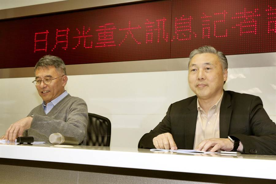 日月光營運長吳田玉(右)及財務長董宏思(左)宣布,已向矽品提議在雙方合意基礎下,以每股55元現金收購矽品剩餘約75%股權,收購矽品成為日月光100%子公司。(方濬哲攝)