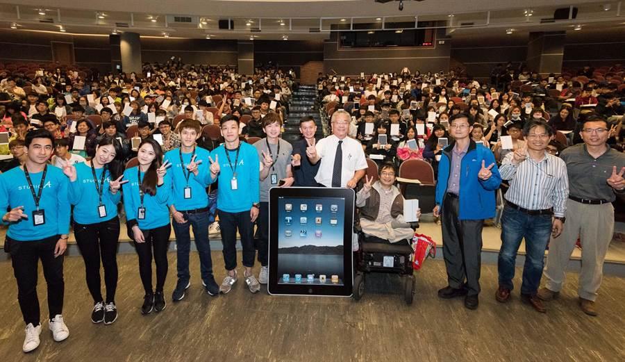 真羨慕!正修科大今日大手筆發出600台iPad mini鼓勵學生學習。(柯宗緯攝)
