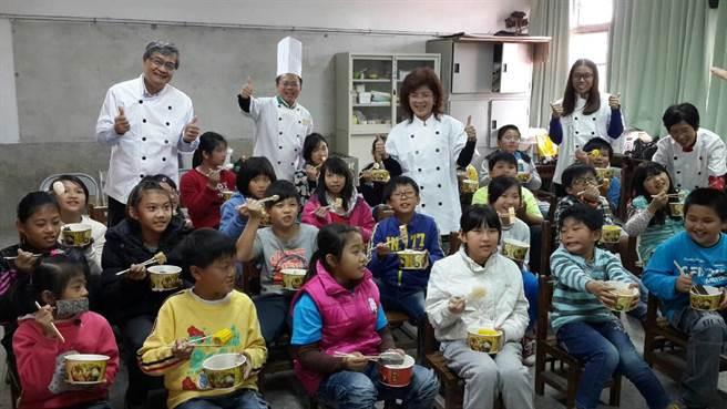 縣議員蔡岳儒(左二)發起「愛的關東煮」活動,讓近千學童在寒冬中享用熱呼呼的關東煮。(張朝欣攝)