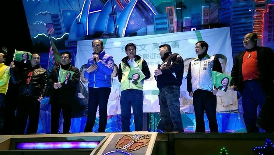 游錫堃今參加蔡英文反抹黑音樂會,還難得的在台上唱搖滾歌曲。(陳柔瑜攝)