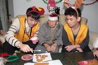 自閉特教生陪102歲人瑞圍爐過節 場面溫馨