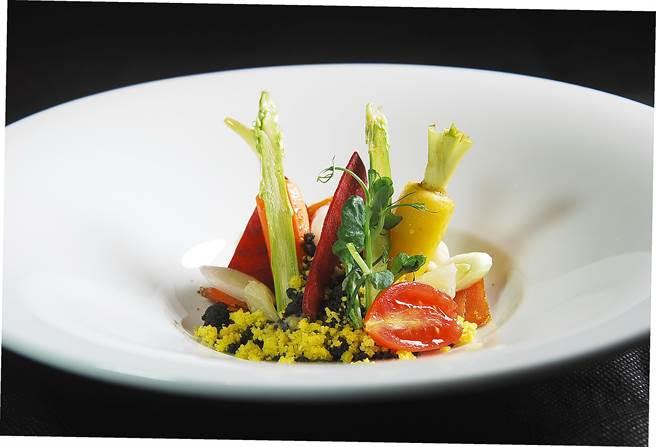 這宛如花園的沙拉,盤中襯底的是普羅旺斯傳統的茄泥。(圖/姚舜攝)