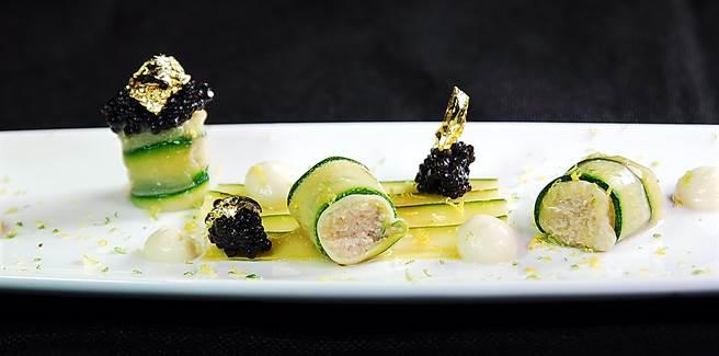 綠櫛瓜檬檬塔魚子醬」的櫛瓜捲中填的是味道鮮甜的法國藍斑蟹蟹肉。(圖/姚舜攝)