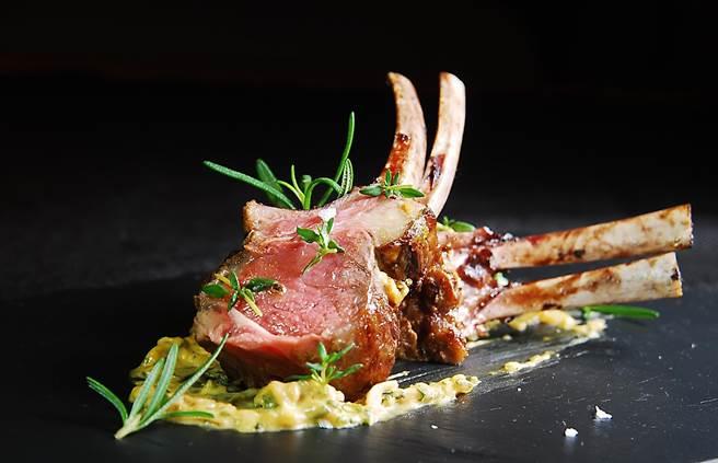 這羊排肉質柔嫩多汁,且在普羅旺斯香料的幫襯下,完全不帶羊腥味。(圖/姚舜攝)