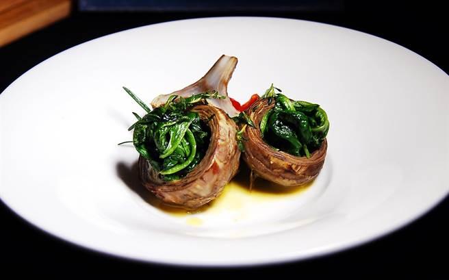 在朝鮮薊中鑲入菠菜作成沙拉,是很有創意的時尚呈現方式。(圖/姚舜攝)