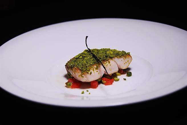 「炙烤海鱸魚襯堅果香草開心果」是利用堅果為傳統魚餚的形色味與口感加分。(圖/姚舜攝)