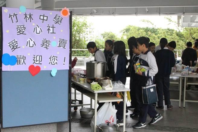 18、19日兩天則舉行二手商品愛心義賣活動。(葉書宏翻攝)