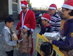 友旺學童募70份耶誕禮 贈家扶受助童