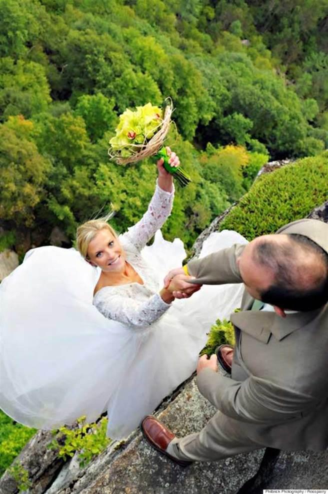 這對新人因熱愛攀岩,因此拍下這組令人驚艷的婚紗照。(取自ROSSPARRY)