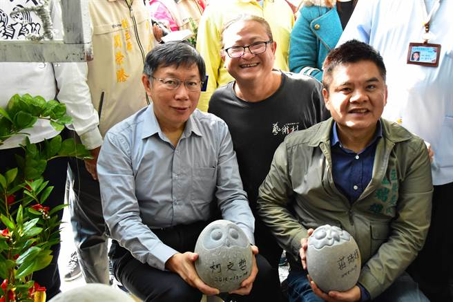 柯文哲(左)與立委莊瑞雄(右)在石頭上簽名留念。(許智鈞攝)
