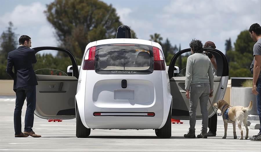 一台谷歌自動駕駛車,在位於加州山景谷的谷歌校園內展示。(美聯社)
