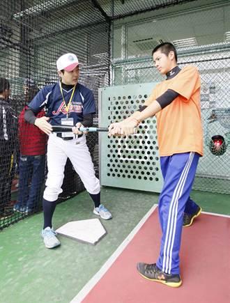 周思齊領30位小球員 日籍教練傳授打擊技巧