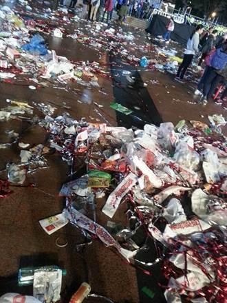 新北歡樂耶誕城 演唱會結束滿地垃圾