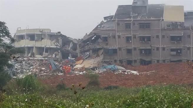 工業區22棟建物倒塌,有多人被困其中,救難人員持續搜救中。(中新社)