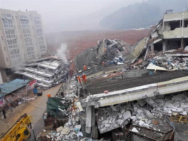 深圳市光明新區鳳凰社區恒泰裕工業集團後側發生一起山體滑坡事故,導致工業園區多幢廠房側塌。(新華社)