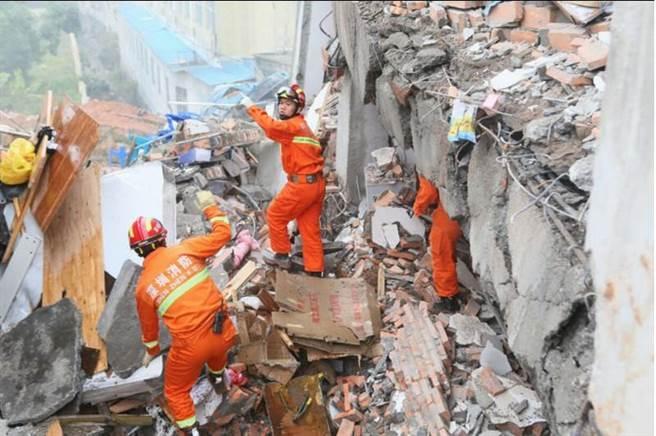 深圳恒泰裕工業集團後側發生一起山體滑坡事故,導致工業園區多幢廠房側塌。救難人員馳援現場,已陸續救出受困民眾,但仍有多人失聯。(新華社)