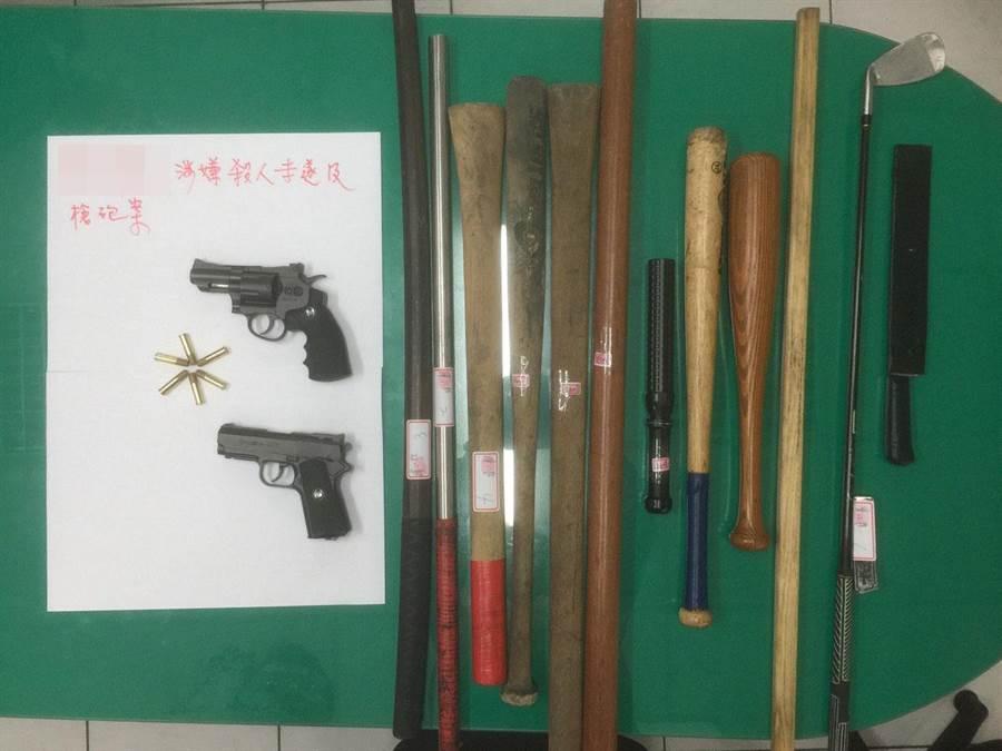 警方逮獲涉嫌開槍尋仇共9人,起出瓦斯槍、鐵木棍、西瓜刀等證物。(林宏聰翻攝)