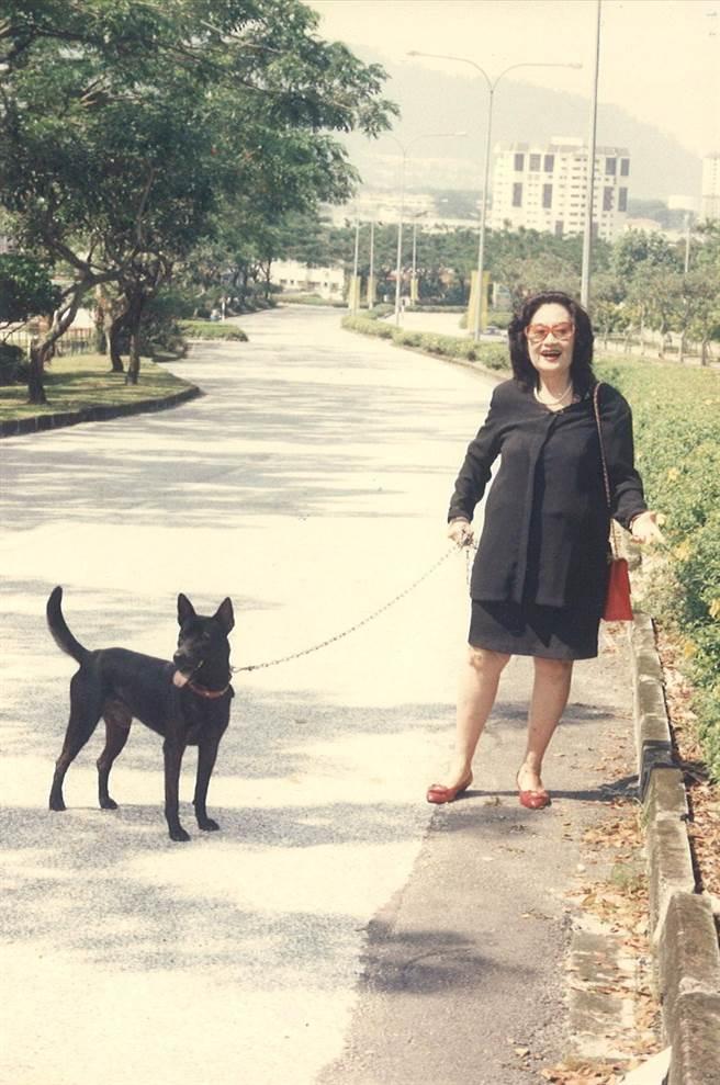 白光晚年和她的狗兒作伴。(圖為倪有純提供)