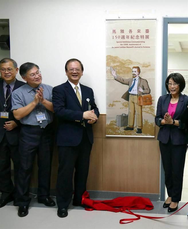 議長康裕成(右)促成馬雅各醫師來台150周年特展。(李義翻攝)