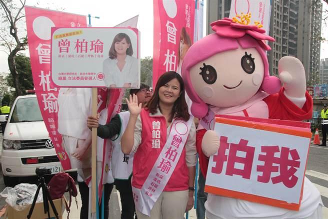 綠黨社會民主聯盟提名第11選區曾柏瑜則由公主人偶陪同。(葉書宏攝)